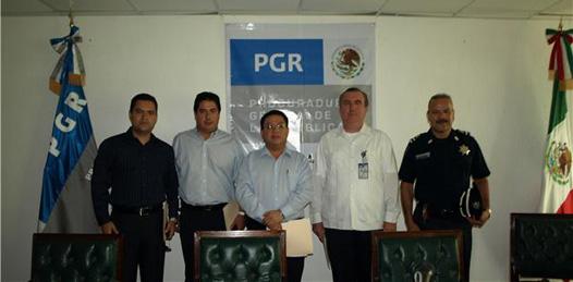 """Autoridades de los tres niveles de gobierno presentes en la inauguración del curso-taller """"Procesamiento del Lugar de los Hechos"""". Javier Dovalá Molina, delegado de la PGR en BCS, encabezó el evento."""
