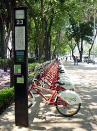 Agregando un look europeo a la ciudad, las bicis se presentan como una alternativa fresca y sorprendente para todos aquellos que están agobiados del transporte público y el tránsito.