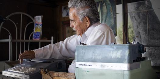 En el callejón Bañuelos, junto a las oficinas de Hacienda, encontramos un puesto de madera con pinturas de peces y réplicas de pinturas rupestres, en ese pequeño espacio se esconden los tesoros de vida de un personaje muy peculiar; Rogelio Askins.