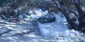 En el lugar se pueden ver aún manchas de sangre que nadie se ha dispuesto a limpiar, así como el colchón donde el sexo y el asesinato ocurrieron.
