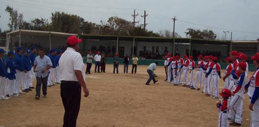 """Autoridades de los tres niveles de gobierno, iniciativa privada y directiva del equipo salinero en la liga de beisbol, Francisco """"Panchón"""" Espinoza."""