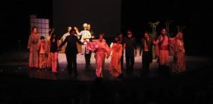 Partiendo de la ópera japonesa, con la utilización de marionetas bunraku, las cuales interactúan con los actores y cantantes; donde la escenografía, a pesar de ser sencilla resultó muy significativa, además se contó con el apoyo de imágenes proyectadas por un cañón, generando una atmósfera muy especial.