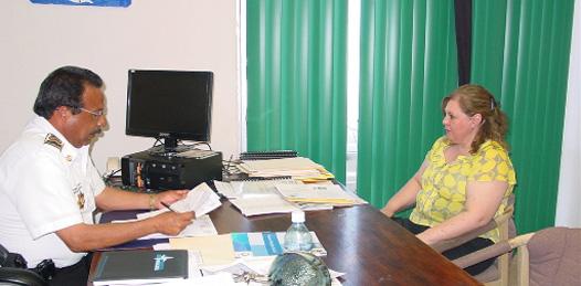 La representante de Seguridad Pública Federal durante la reunión que sostuvo con el director de Seguridad Pública y Tránsito municipal de Mulegé. Foto Víctor Flores Ojeda.