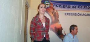 Presentado por la licencia Lizzeth Aguirre Osuna, el secretario de turismo Alberto Treviño Angulo, ofreció una conferencia ante universitarios.
