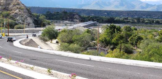 boulevard y puente de acceso a la comunidad de Santiago