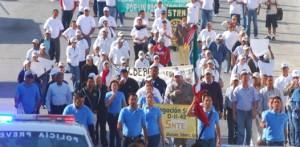 Un gran contingente desfiló por las calles del centro de San José del Cabo y Cabo San Lucas por El Día del Trabajo exigiendo el rechazo de la Reforma a la Ley Laboral.