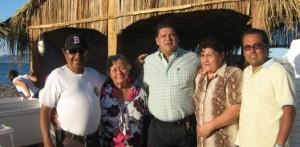 Manuel del Real Mendoza y su esposa Guadalupe Castro Jordán, agradecieron el respaldo brindado al diputado Guillermo Santillán quien se encuentra acompañado de su mamá Margarita Meza y de Ricardo Amparan (Enrique Montaño).