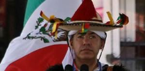 """Así, con su colorido sombrero y su grandísima fé, el Presidente Calderón, se despidió de los chiapanecos que muy conformes con el que fue más que un """"simple discurso político"""" un acercamiento a la iluminación divina."""