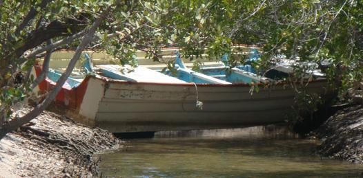 A bordo de esta lancha tipo reformeña arribaron a las playas de El Comitán los presuntos sicarios que cometieron la triple narcoejecución, la noche del domingo en el fraccionamiento Villas del Encanto, en la embarcación fueron encontrados residuos de drogas.