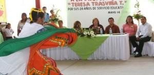 Mercedes Hernández Sánchez, representante de las mujeres indígenas y el delegado Ernesto Ibarra, con las integrantes de mujeres indígenas emprendedoras.