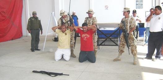 Finalmente y después de una hora fueron detenidos los supuestos terroristas participantes en el simulacro (Lupita Gómez)