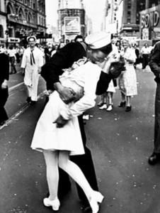 Titulada El Beso, esta fotografía fue tomada por Eisenstadt en la famosa esquina Times Square de Nueva York en 1945, el año que finalizó la Segunda Guerra Mundial.