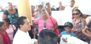 Grupo de colonos reubicados hace unos meses en la colonia Leonardo Gastélum, denunciaron que hay gente que no vive en los terrenos y ahora los está vendiendo y para ello piden entre 8 a 20 mil pesos (Lupita Gómez)