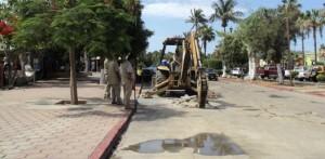 Esta es la maquinaria del Organismo Operador del Agua por la que ayer se suspendió el tráfico por el bulevar Mijares, en pleno centro de San José del Cabo.