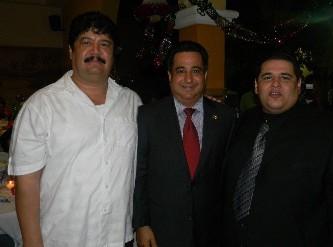 Al centro el regidor José Gutiérrez Sarmiento, con el síndico José Manuel Curiel y Juan Carlos U. González.