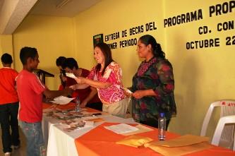 32 mil pesos en becas académicas, de $800.00 por persona, fueron distribuidos entre 40 niños menores trabajadores del programa infantil PROPADETIUM el pasado fin de semana en el DIF de la colonia Pueblo Nuevo de Ciudad Constitución.