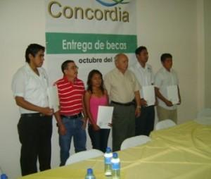 Los becarios, con el ingeniero Héctor Araya Muñoz, gerente de Concordia y con el director en el Estado de la Asociación Sudcaliforniana para el Desarrollo.
