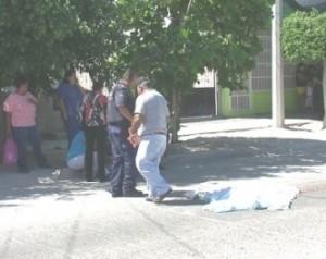 En medio de la calle quedó tendido el cuerpo sin vida de Jorge Elías Madrid Moreno, tras ser atropellado por un autobús del servicio público.(Víctor Martha).