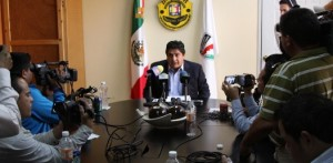 """El titular de la PGJE indicó además, que el señor Arámburo Palacios se encuentra actualmente en revisión médica """"he hablado personalmente con él, retornará hoy mismo con su familia"""", aseguró."""