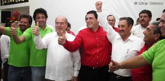 En compañía de militantes de ambos partidos y el Secretario Estatal del Verde Ecologista, Maximino Fernández Ávila, el candidato de esta coalición presentó su documentación ante el consejo del Instituto Estatal Electoral, presidido por Ana Ruth García Grande.
