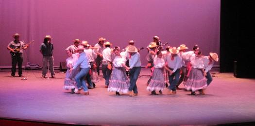 Celebrando su décimo octavo aniversario, la Comisión Estatal de los Derechos Humanos (CEDH) ofreció en el Teatro de la Ciudad un festival artístico bastante variado, donde participaron músicos, comediantes y bailarines.
