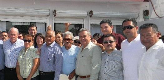 El maestro Francisco Carballo, por el sólo hecho de aceptar la invitación de Leonel Cota, les suspendieron el bono en el Ayuntamiento lo que indica que los funcionarios sólo trabajan para el PRD.
