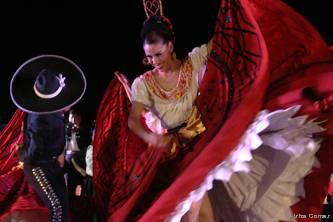 """La fiesta inició a las seis de la tarde con el festival navideño """"¡Vivan nuestras tradiciones!"""", donde se llevó a cabo la presentación del Nacimiento, que permanecerá en la Plaza de la Reforma, igualmente se presentaron espectáculos musicales, de danza, pastorela y villancicos."""