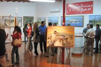 Alejandro y Sibila Angulo, padre e hija, fueron los expositores de la noche. Alejandro se enfoca más en el paisajismo y busca el realismo a través de colores vivos e impresionistas, aunque también se introduce en la vida urbana y retrata la vida común social, proyecto que le interesa profundizar; mientras que Sibila opta por el retrato, que nos recuerda las indígenas con alcatraces de Diego Rivera, pero con un toque de Betsy Clark.