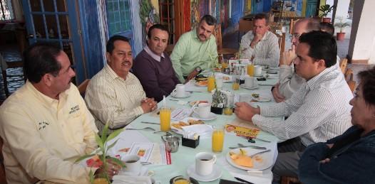 """El candidato de la coalición PRD-PT """"Sudcalifornia para todos"""" sostuvo una reunión con prestadores de servicios turísticos de La Paz y estableció el compromiso de impulsar  el corredor turístico peninsular para que los visitantes de Los Cabos también se trasladen a La Paz y generen mayor flujo de divisas."""