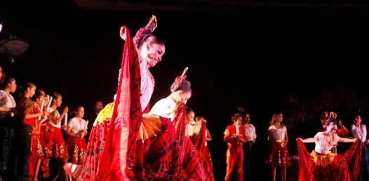 El ballet se presentó acompañados de mariachi en vivo y más de 80 bailarines en escena, siendo este un espectáculo único en el que además, deleitó a los asistentes por más de una hora con temas del estado de Oaxaca, Zacatecas, Michoacán y la representación entre el bien y el mal.