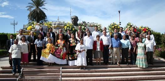 Con manifestaciones y plantones de fondo, celebraron en la plaza de la Reforma, el natalicio de Juárez