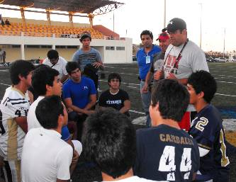 """UABCS, LEFA y UVM impartieron el curso de capacitación """"Planeación y estrategia en técnicas defensivas"""" dirigido a entrenadores de fútbol americano de BCS."""