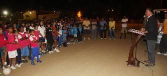Rómulo Núñez Redona, director municipal del deporte, en representación de la alcaldesa de Los Cabos, explicó que atendiendo al llamado sobre la situación en la que se encontraba la cancha deportiva, la presidenta municipal exhortó a las coordinaciones correspondientes a la rehabilitación del alumbrado en esta unidad.