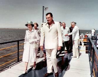 Se dice que la reina visitó el lugar para conocer la bahía en donde había sido extraída una de las perlas de la corona, una perla considerada como la más grande del mundo.
