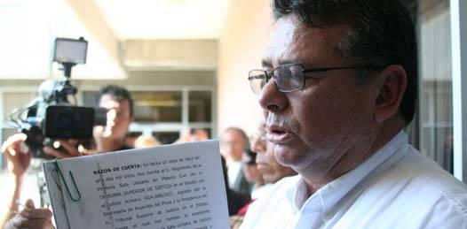 Villavicencio Garayzar se presentó en la explanada de rectoría y dio a conocer las resoluciones de los magistrados federales con respecto a su situación legal como rector de la Universidad, informando a alumnos y maestros que cuenta con la facultad de tomar las instalaciones de rectoría.