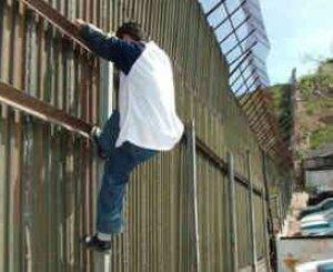 El presidente Calderón subrayó que la nueva ley establece obligaciones muy claras de coordinación a las autoridades de los tres órdenes de gobierno para la persecución y prevención de los delitos contra los migrantes.