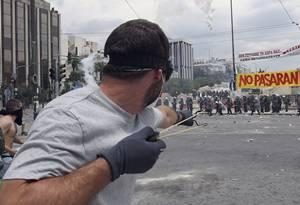 """Hasta ahora son 18 los policías heridos, mientras que 29 personas han sido detenidas, aunque las fuentes, que calificaron la situación de """"tensa"""", agregaron que tanto unos como otras aumentarán."""