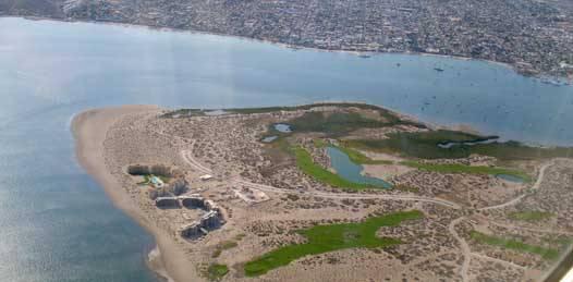 Entre Mares es un complejo de más de 3 mil unidades habitacionales y otro campo de golf que pretende construirse en la zona de El Mogote frente a las costas de La Paz, Baja California Sur.