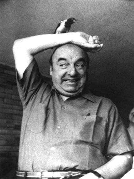 """Neruda nació el 12 de julio de 1904, en Parral, Chile. A los trece años publicó """"Entusiasmo y perseverancia"""", en el diario """"La Mañana"""". En 1920 inició colaboraciones con la revista """"Selva Austral"""", y para octubre de ese año, firmaría como Pablo Neruda, por primera vez y para siempre, su obra y vida."""