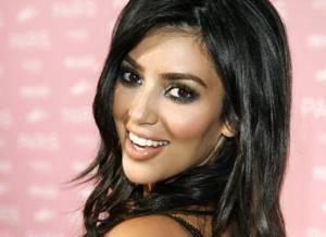 Kardashian y Humphries se prometieron en mayo de este año (recuerden la roca de $2 millones de dólares en el dedo de la estrella). Supuestamente el vestido de novia de Kim es diseño de Vera Wang y el fin de semana pasado, el par ya comenzó con las festividades, festejando sus respectivas despedidas de solteros en Las Vegas.