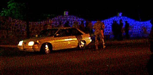 Un automóvil tipo sedán obstruía los dos carriles de la avenida 5 de Mayo en su cruce con la calle Yucatán a unos metros del acceso a las instalaciones de la zona militar.