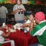 Como parte del operativo, se dio la revisión nocturna de seis conocidos restaurantes y bares de la zona del malecón. En cinco de ellos se encontraron irregularidades, tales como no exhibir precios al público o no ajustar estos a los que exponen sus menús.
