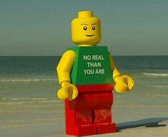"""Un muñeco como los de Lego, pero de 2.5 metros de altura, permanece 'detenido' por la Policía, después de que apareciera en una playa de Florida para asombro de los bañistas, que trataban de descifrar el significado de la frase que llevaba escrita en el torso: """"No más real que tú""""."""