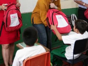 Entrega el FJR mochilas a 300 estudiantes de primaria