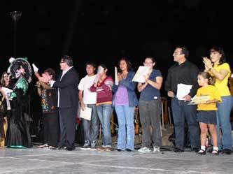 Más de 50 mil pesos fueron entregados a los ganadores de los concursos de cuento, cartel, altares y ofrendas, el pasado 2 de noviembre, en el marco del °12 Festival Tradicional del Día de Muertos, que se llevó a cabo los días 1 y 2 en la explanada de la Unidad Cultural Profesor. Jesús Castro Agúndez.