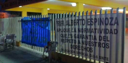 Un nuevo grupo encabezado por Humberto García Tapiz, representante sindical de los maestros del la secundaria enfrentó a la directiva saliente y sus simpatizantes cerrando el plantel pidiendo respeto a la adscripción de la maestra Galaviz.
