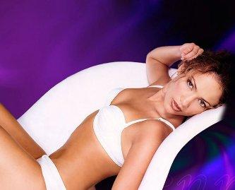La actriz de 'Back Up Plan'  presumió cuerpazo-- y su abdomen plano-- al usar un sweater-top mientras grababa escenas para su nuevo reality 'Q'Viva The Chosen'' en Argentina esta semana.