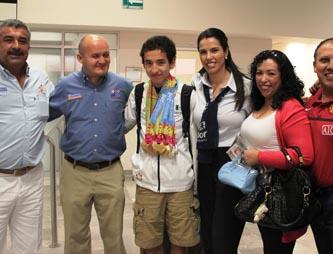 La Presidenta Estatal del DIF María Elena Hernández de Covarrubias y el director del Instituto Sudcaliforniano del Deporte, Salvador Robles Villalobos, acudieron a la terminal aeroportuaria para darle la bienvenida al destacado deportista, quien llegó acompañado de su entrenador Paulino Molina Torres.