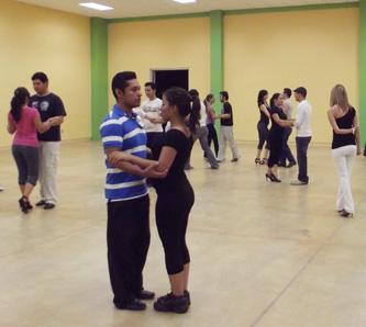 Se registró una gran participación de estudiantes de la UABCS durante el Taller de Tango impartido por Gerardo Galindo, maestro de Talleres Libres de Danza de la UNAM.