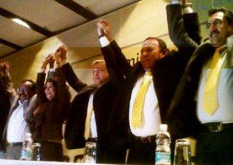 López Obrador estuvo acompañado por los dirigentes de ese partido político, Jesús Zambrano y Dolores Padierna, por los legisladores Pablo Gómez y María Rojo, así como el presidente del Consejo Nacional del PRD, Ricardo Ruiz.